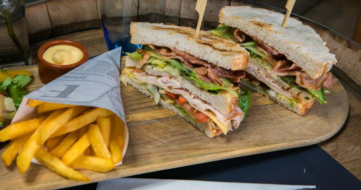 Lunch met 'n clubsandwich bij De Peizer Hopbel